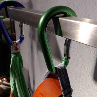 Kledingrek rvs, hangend met metalic karabijnhaak