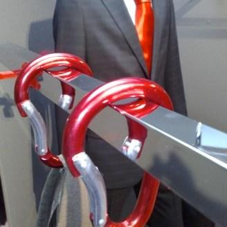 Hangend kledingrek met metalic karabijnhaken
