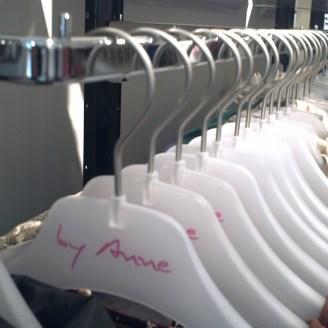 melkwitte kledinghangers met opdruk in huisstijl